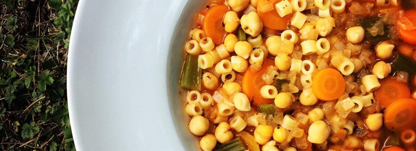 Πεντανόστιμη σούπα με ρεβίθια και κοφτό μακαρονάκι!