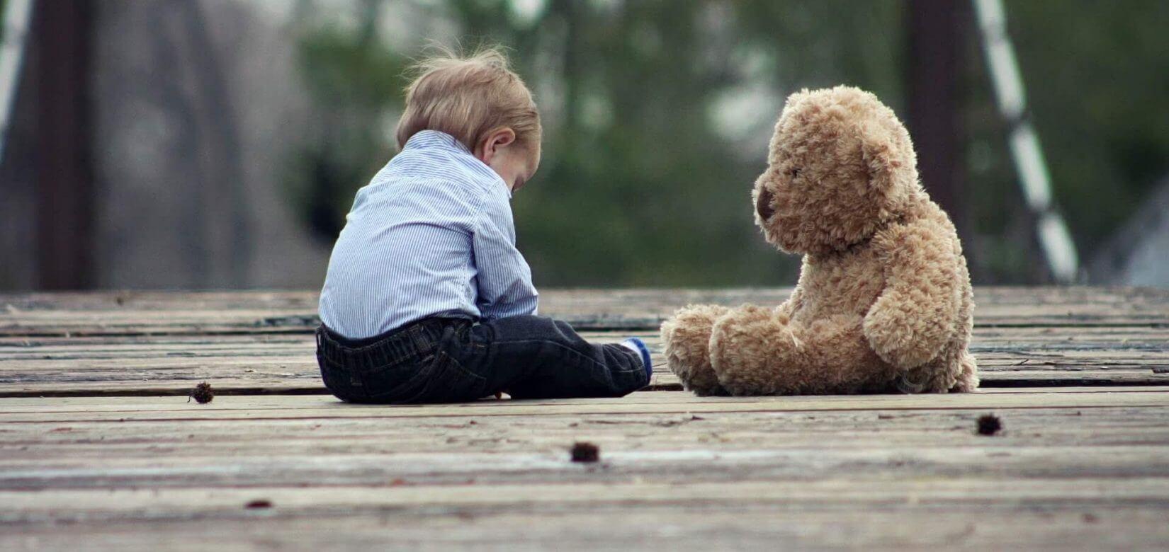Μωρό βρέθηκε παρατημένο στο δρόμο και τρία παιδιά κλειδωμένα σε πορτ μπαγκάζ - Αδιανόητο!