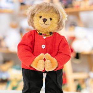 """Μια """"καγκελάριος"""" για χάδια - Ανάρπαστο το αρκουδάκι που μοιάζει στη Μέρκελ, παρά την τσουχτερή τιμή!"""