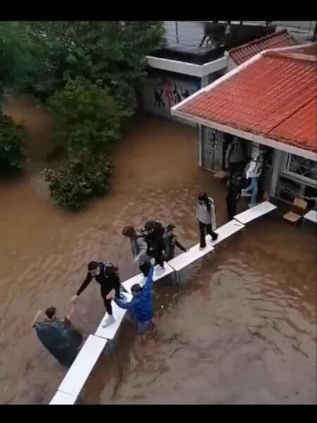 Μαθητές έφτιαξαν... γέφυρα με θρανία για να βγουν από πλημμυρισμένες τάξεις - Απίστευτες εικόνες στην Ελλάδα του 2021
